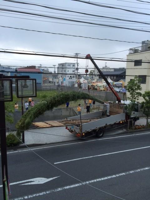 七夕の竹の搬入の様子(交通量の少ない早朝4時に行われました)