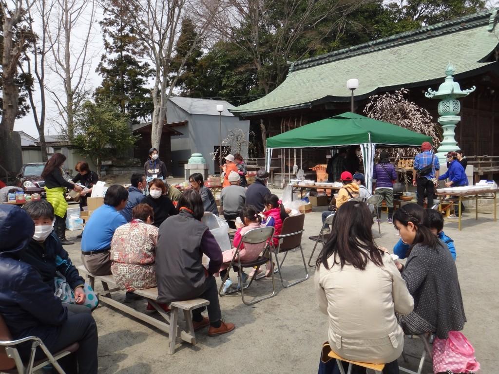 2011年4月2日、いわき市小名浜にある諏訪神社での炊き出し。体も心もあたたまるうどんを作った。